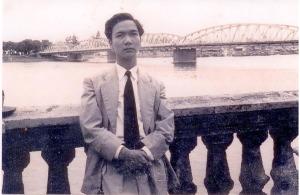 Quách Thoại bên cầu Tràng Tiền - Huế (ảnh tư liệu Đoàn Cầm)