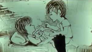 Tranh trên cát do nghệ sĩ Lê Phong Giao thực hiện. Nguồn: http://kenh14.vn/doi-song/roi-nuoc-mat-vi-clip-ve-tranh-cat-2-em-be-mo-coi-20130622010743660.chn