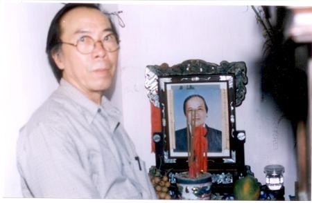 bên bàn thờ Định Giang, Vỹ Dạ - Huế 2001