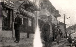 Đinh Cường trước restaurant Shanghai, Đàlạt 1964