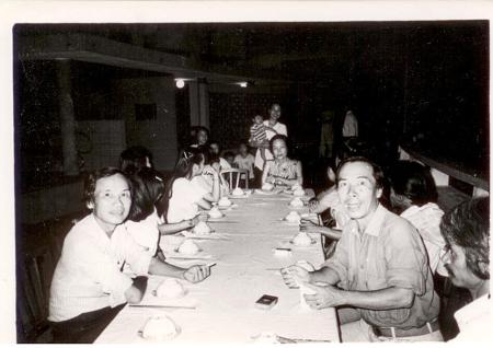 Định Giang - chị Dạ Thảo ngồi đầu bàn - Đinh Cường , Huế 1973