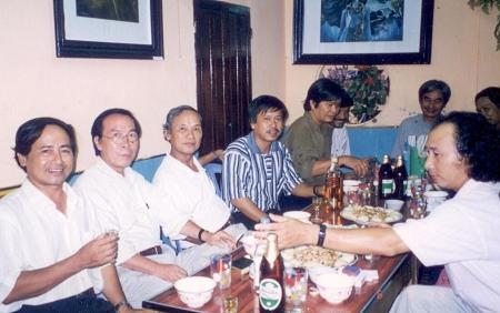 từ trái : Võ Quê - Đinh Cường  - Định Giang và bạn bè ở Huế 1999