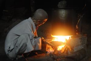 Thầy Tuệ Sỹ nấu bánh chưng Thị Ngạn Am - Blao 2013