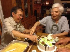 Đinh Cường - Nguyễn Xuân Hoàng cắt bánh sinh nhật. San Jose , July 8, 2014 (ảnh Quang Dũng)