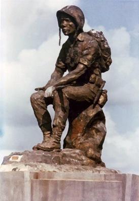 """Bức tượng """"Thương Tiếc"""", nặng 10 tấn, cao hơn 6m, được đặt tại cổng vào Nghĩa trang Quân đội Biên Hòa (Hình: vnrozier)"""