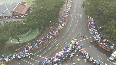 """Người dân Singapore tập trung dọc theo các tuyến đường rước linh cữu cố Thủ tướng Lý Quang Diệu khi trời vẫn mưa to, được truyền thông nước này ví như """"trời cũng đổ lệ khóc thương"""" trong ngày tiễn đưa vị lãnh đạo tài ba của đất nước. (Ảnh: Straits Times)"""