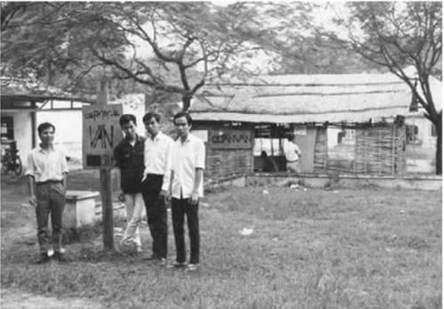 Quán Văn lúc mới thành lập. Từ trái: Ngô Vương Toại, Hoàng Xuân Giang, Trần Đại Lộc, Hoàng Xuân Sơn. Ảnh: Đỗ Việt Anh (Đỗ Tăng Bí) 1967